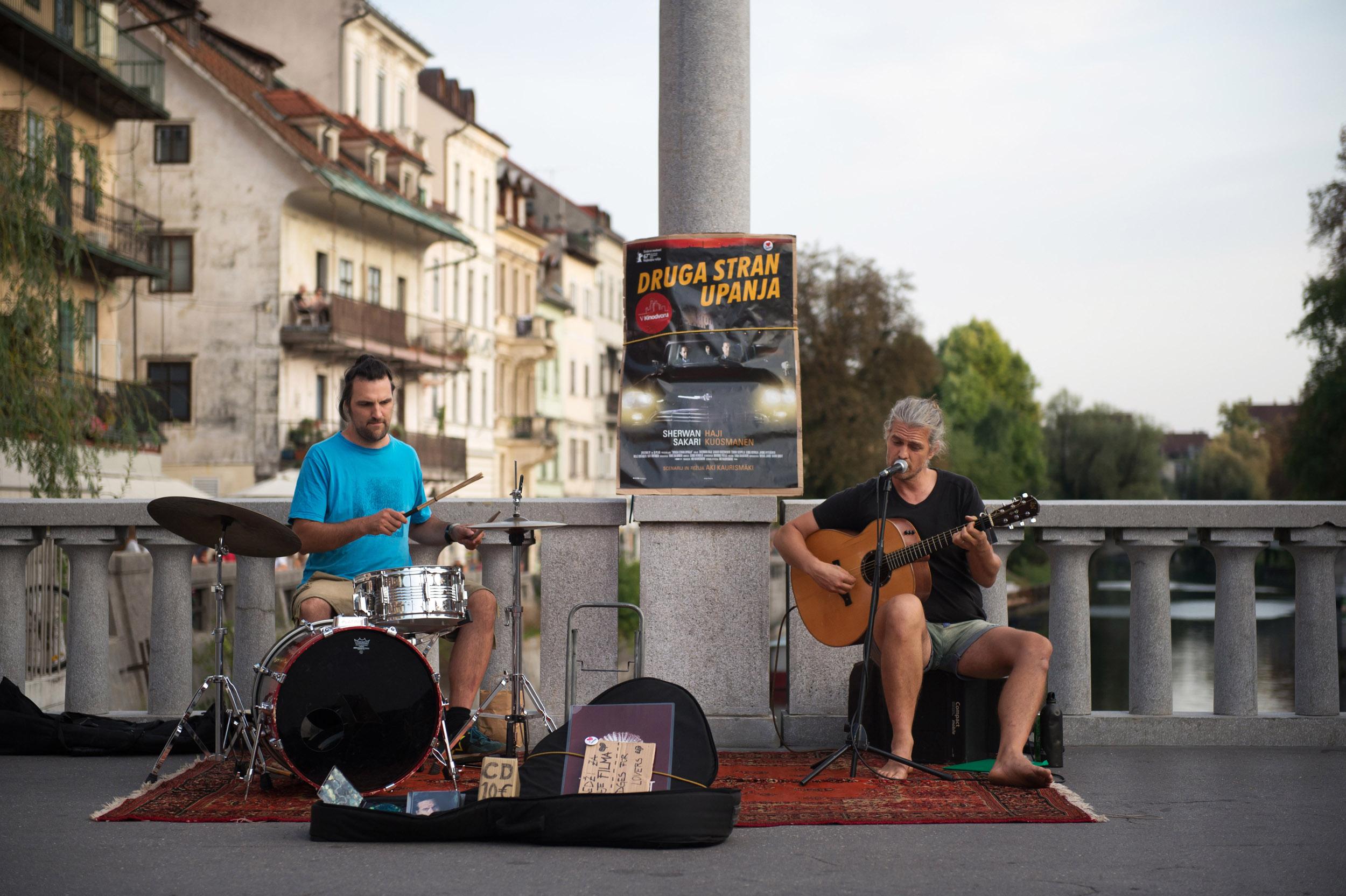 Druga stran upanja: Skulaa tai delaa, zvoki ulične glasbe